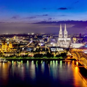 Köln mit Kölner Dom bei Nacht